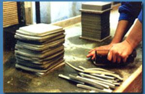 陶土をハンドナイフを用いてカッティング